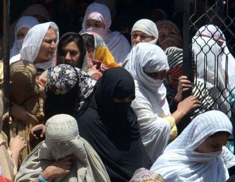 FÅ RETTIGHETER: Pakistanske kvinner, som har vært gift i Norge, blir ofte forlatt i Pakistan med få rettigheter.