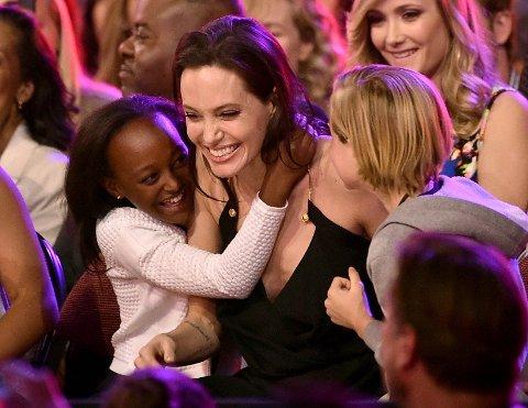 FORELDRERETT: Angelina Jolie får foreldreretten for barna, ifølge en talsperson for Jolie. Her er Jolie sammen med barna Zahara og Shiloh.