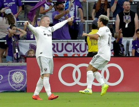 Wayne Rooney (t.v.) feirer scoringen sin mot Orlando sammen med lagkompis Lucas Rodriguez. (AP Photo/John Raoux)