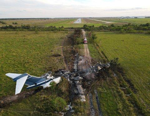 MIRAKEL: Restene av flyet som krasjet og begynte å brenne under avgang på en flyplass i Texas tidlig tirsdag. Alle de 21 menneskene om bord overlevde.