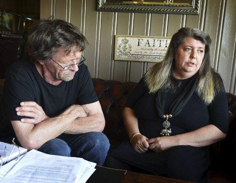 STERKT PREGET: Trine og Rune Kristoffersen er begge utslitte etter 11 år med frustrasjoner og smerter. Permen med dokumenter, som Rune har samlet inn, blir stadig større.
