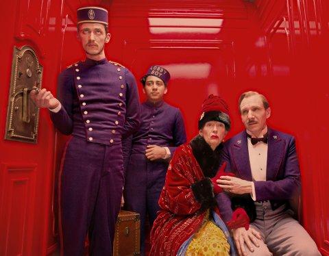 RALPH FIENNES spiller concierge med forførelse av eldre damer som spesialfelt, her med Tilda Swintons rollefigur.