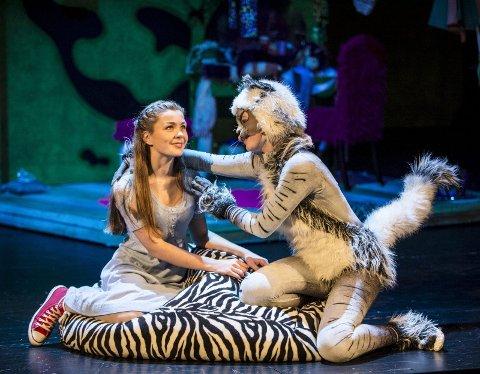 BARNEOPERA: Askepott (Hedvig Bache Hungnes) er au pair hos en ufyselig dame. Da er det greit å få hjelp av en snill katt med magiske evner, når både slottsball og prins står på spill. FOTO: ERIK BERG
