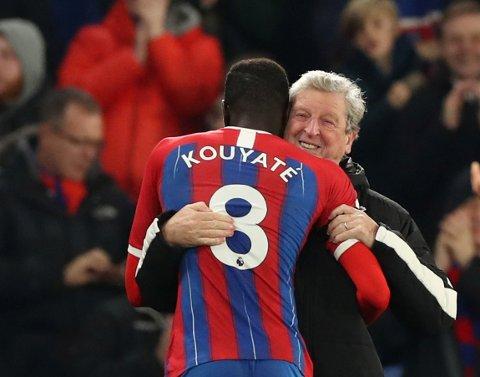 Crystal Palace-manager Roy Hodgson er den eldste manageren i Premier League. Her feirer 72-åringen seieren mot Bournemouth sammen med Cheikhou Kouyate.