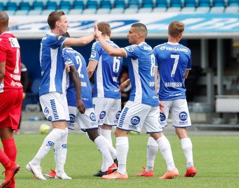 Sarpsborg 08s Joachim Soltvedt gratulerer Mohamed Ofkir med scoringen i treningskampen mot Sandefjord. Tirsdag er det alvor. Da er det serieåpning mot Vålerenga på hjemmebane.