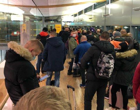 KØ: Her står det Nettavisen-tipseren anslår er en samling på 300 personer i kø til teststasjon på Oslo Lufthavn Gardermoen.