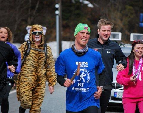 Løperne gir alt under Bergensbaneløpet mellom BI og NHH. Det gjør supporterne også.