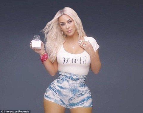 IKKE PHOTOSHOP: Kim Kardashian nekter for at det skal ha blitt brukt Photoshop på dette bildet, og mener det smale livet er en virkning av korsetten hun bruker. Foto: Interscope Records