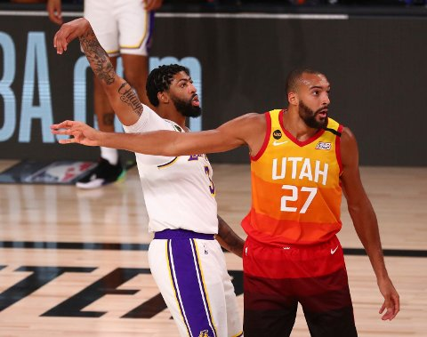 Anthony Davis setter et trepoengskudd for Los Angeles Lakers mot Utah Jazz i Orlando mandag. Foto: Kim Klement, Pool via AP / NTB scanpix
