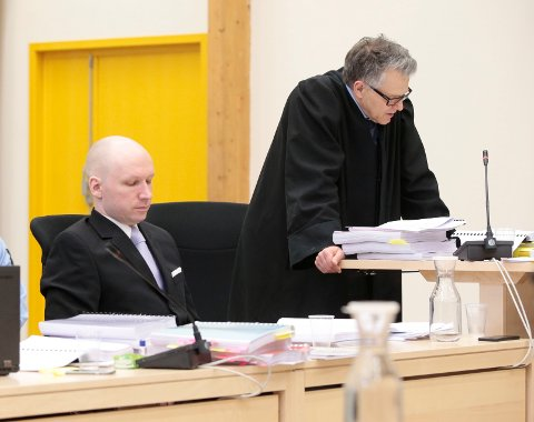 Terrordømte Anders Behring Breivik og prosessfullmektig advokat Øystein Storrvik i rettslokalene i Skien fengsel under første runde av saken om soningsforhold.