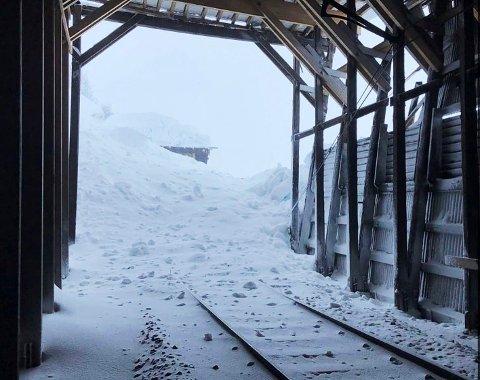 Snøraset mellom Myrdal og Hallingskeid, like øst for Kleven bru, traff et snøoverbygg. Bergensbanen er stengt over fjellet.
