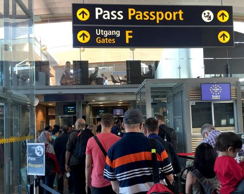 UTFARTSDAG: Fredag 15. juni er den store utfartsdagen på Oslo lufthavn Gardermoen og Avinor ber passasjerene om å beregne ekstra god tid.