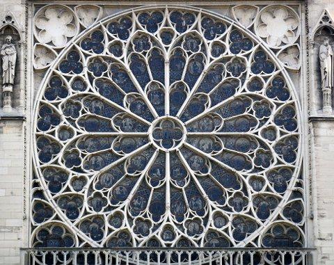 De tre store rosevindene i Notre-Dame er intakte etter brannen. Foto: AP / NTB scanpix