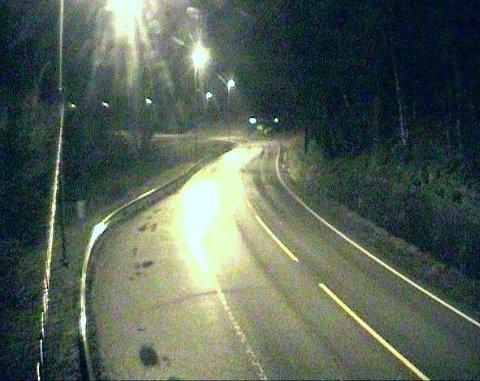 GLATTE VEIER: E39 ved Osestad i Vest-Agder mandag morgen. Her var det 1,5 grader og litt nedbør i lufta. Politiet i Agder melder om flere utfordringer på glatte veier i morgentimene.
