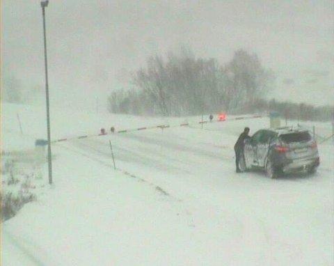 E6 over Dovrefjell er stengt på grunn av uvær, melder Statens vegvesen ved 11-tiden tirsdag.