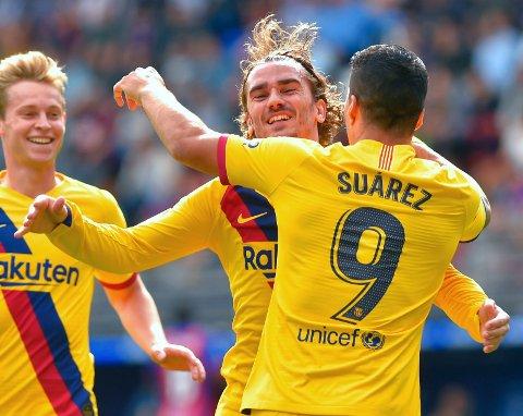SATT SOM ET SKUDD: Barcelona holdt oppvisning i effektivt angrepsspill mot Eibar. Alle de tre profilene i angrepsrekka satte inn scoringer borte. Her feirer Antoine Griezmann (midten) det første målet med Luis Suárez og midtbanespilleren Frenkie de Jong.