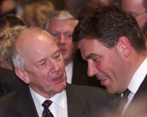 NÆRINGSLIVSLEDER: Leif Frode Onarheim (til venstre), tidligere NHO-president, i samtale Stein Erik hagen i 2000.