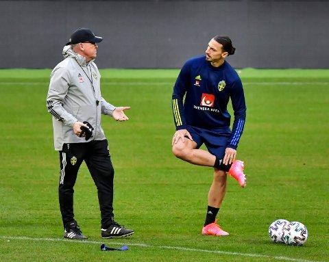 Zlatan Ibrahimovic har fått en rolle i en film om Asterix og Obelix. Her er han sammen med Sveriges landslagstrener Janne Andersson. Jonas Ekströmer/ TT via AP)