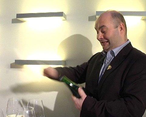 Du bør ta i bruk et egnet verktøy, en champagnesabel. Bruk aldri brødkniv til sabling, anbefaler Svein Lindin.