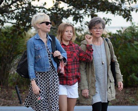 TRE GENERASJONER: Matilda Ledger sammen med sin mor, Michelle Williams, og bestemor, Carla Swenson.
