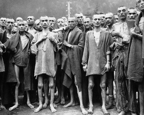 Bildet er tatt i 1945 og viser utsultede fanger fra konsentrasjonsleiren Ebensee i Østerrike.