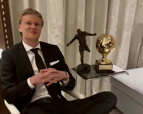 Erling Braut Haaland smiler ved siden av Kniksens hederspris og den norske gullballen. Foto: Norsk Toppfotball / NTB