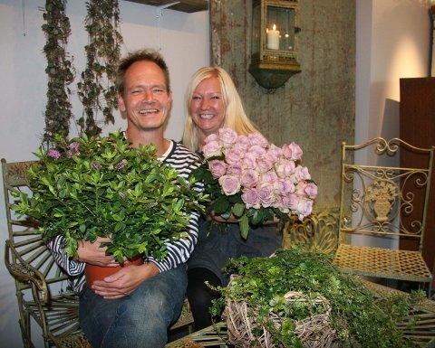 SPENTE: Spennende å drive egen butikk. – Men vi gleder oss også da!, sier Erlend og Gunn, her i hagemøbler fra Danmark.