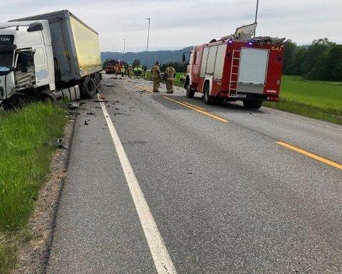 DØDSULYKKE: Ulykken skjedde cirka 1,5 kilometer sør for Sande sentrum. Føreren av personbilen, en mann bosatt i Sandefjord, omkom på stedet.