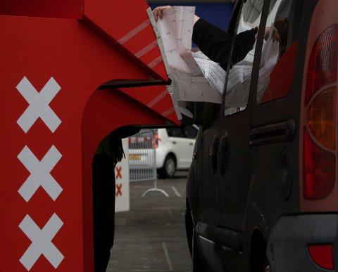 Mange nederlendere avla stemme fra bilen under valget på ny nasjonalforsamling, som av smittevernhensyn pågikk over tre dager. Foto: Peter Dejong / AP / NTB