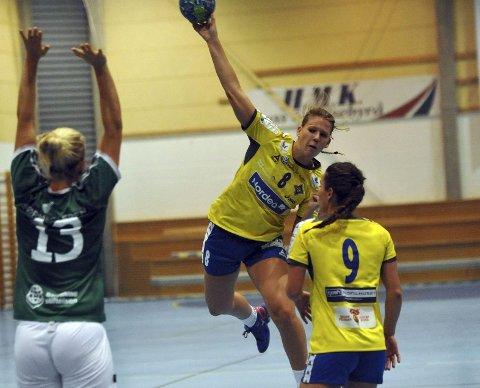 VIKTIG: Madeleine Fivelsdal scoret viktige mål da Bækkelaget avgjorde kampen. Hun ble lagets toppscorer med syv mål og fikk bestemannspremien. Begge Foto: Solfrid Therese Nordbakk