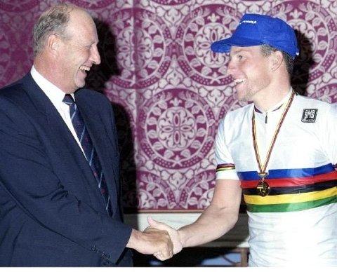 Lance Armstrong ble gratulert av kong Harald for seieren i landeveis-VM i 1993. Foto: Jan Greve / NTB scanpix