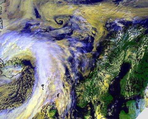 – Dette store lavtrykket som torsdag ettermiddag kveiler seg rundt Island vil bevege seg østover og styre været i landet vårt gjennom helgen. Resultatet er økende vind i vest og regn de fleste steder i Norge, skriver meteorologene på Twitter.