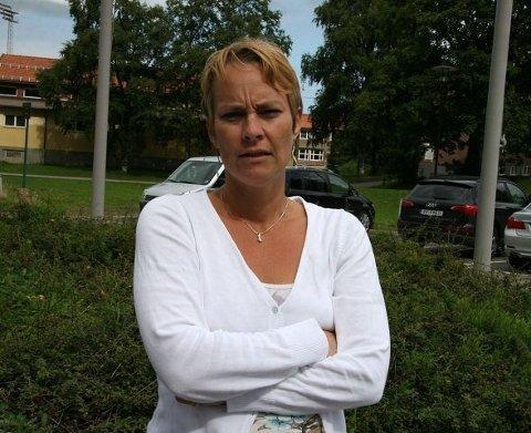Aksjonsgruppa - bestående av studenter ved Folkeuniversitetet - aksepterer ikke at UiO nå vil frata de muligheten til å avlegge eksamen som privatister ved Universitetet - her representert av Marianne Halsnes fra Holmlia.