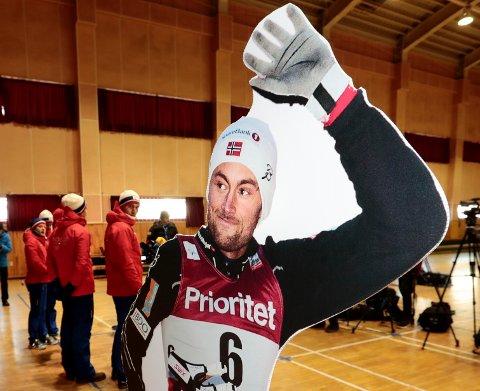 NORTHUG: De norske landslagsløperne ble møtt av en pappfigur av Petter Northug på søndagens pressekonferanse i Pyeongchang.