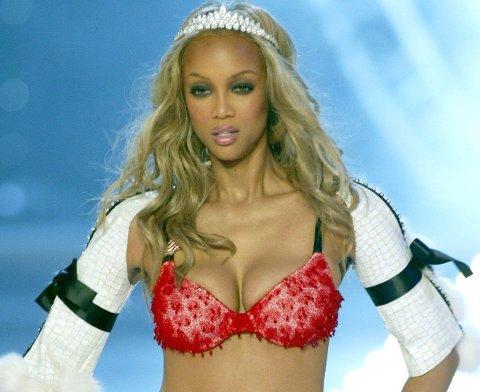 Tyra Banks var en av de opprinnelige supermodellene, og gikk Victoria's Secrets undertøysshow. Her i 2003.