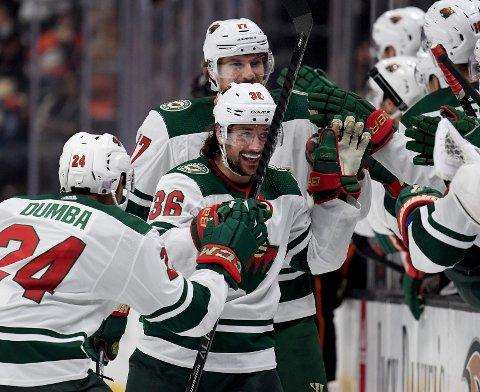 Mats Zuccarello jubler etter scoringen sin mot Anaheim. Vi tror at Zuccarello (36) og Minnesota Wild vinner hjemme mot Arizona i nattens kamp i NHL.