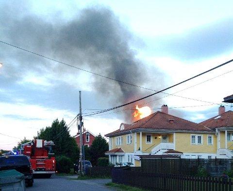 KRAFTIG BRANN: Like før klokken fem fredag morgen opplyste politiet at brannen var under kontroll.