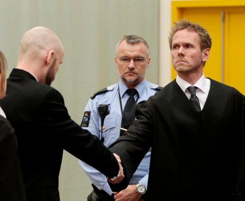 Anders Behring Breivik (t.v.) hilser på regjeringsadvokat Fredrik Sejersted før ankesaken.