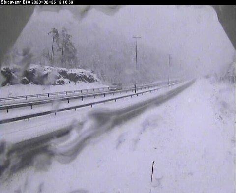 SØRLANDET: Snø og vinterføre på E18 ved Studevann utenfor Kristiansand tirsdag ettermiddag. Klokka 12 var temperaturen minus 0,3 grader.