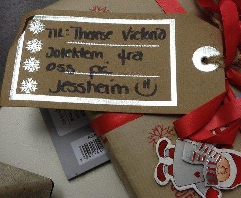 TIL THERESE VICTORIA: Her er en av gavene som Posten forsøker å finne eieren til. Therese Victoria har fått gave fra «oss på Jessheim».