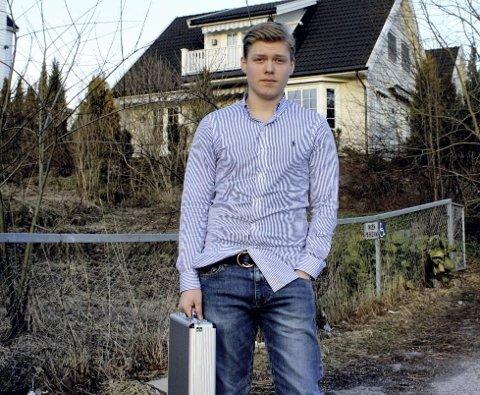 MED KOFFERT: Nudelgründeren Andreas Johansen (17) hadde flere kofferter de solgte nudler ut av. Blant annet denne, som ble kjøpt for 200 kroner på Gulskogen-senteret i 2008.