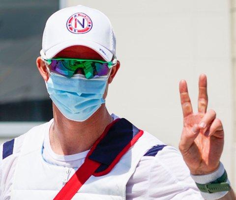 Roer Kjetil Borch i godt humør etter kvartfinalen på roarenaen Sea Forest Park i Tokyo søndag. Foto: Lise Åserud / NTB
