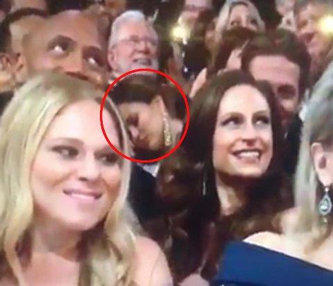 LITT TRØTT: Chrissy Teigen sover under Oscar-utdelingen 2017.
