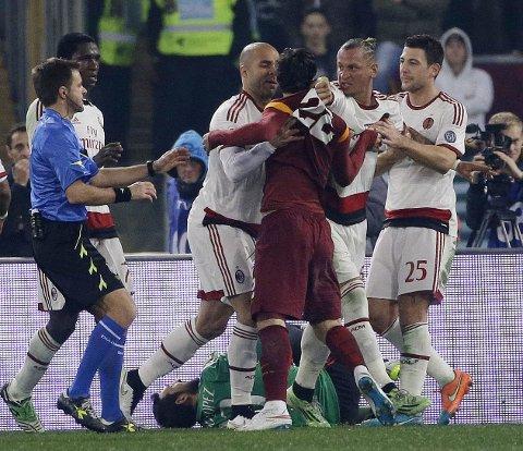 HØY TEMPERATUR: Romas Mattia Destro, med ryggen til kamera, krangler med Milans Philippe Mexes (nummer to fra høyre) under kampen mellom de to lagene.