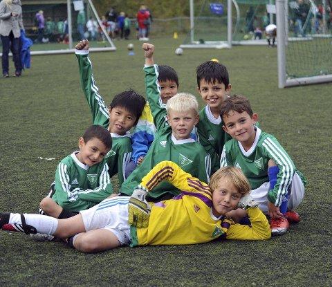 SAMMENSVEISET: Ahmet, Henry, Fredrik, Burak og Lorik. Bak har lillebror Markus lurt seg inn. Begge Foto: Solfrid Therese Nordbakk