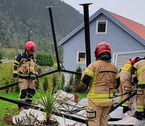 Brannvesenet sørger for at en paviljong i Os sikres. Foto: Bjørnafjorden brann og redning