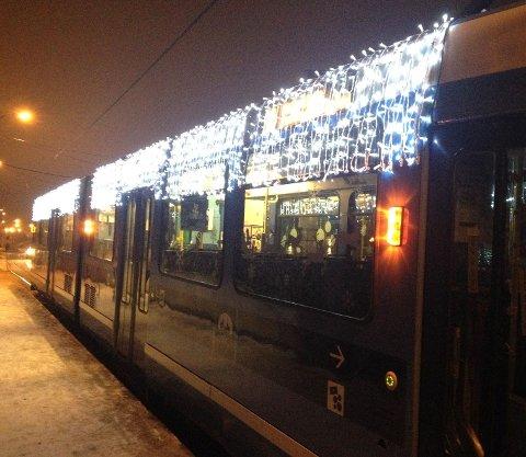 LYS: En skikkelig juletrikk, her fra Kjelsås endestasjon tirsdag kveld. Foto: Kristin Tufte Haga