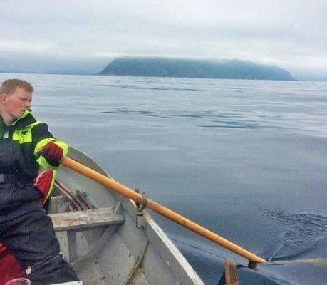 TIL BYEN FOR BURGER: Nicolai Nygjerde har sin tørn ved årene. De tre guttene fra Remøya brukte åtte timer på å komme til målet som var en hamburger i Ålesund.