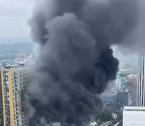 En enorm røyksky er synlig i London etter brannen.