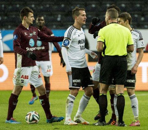 STYGG TAKLING: Morten Gamst Pedersen slapp unna med gult kort etter taklingen av Fredrik Oldrup Jenssen under kampen mot Odd. Kanskje burde han ha vært utvist.